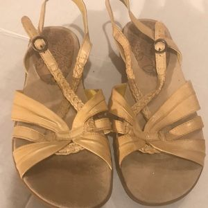 Bare Traps light yellow sandals